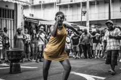 Danseuse-de-Gwo-Ka-à-la-rue-piétonne